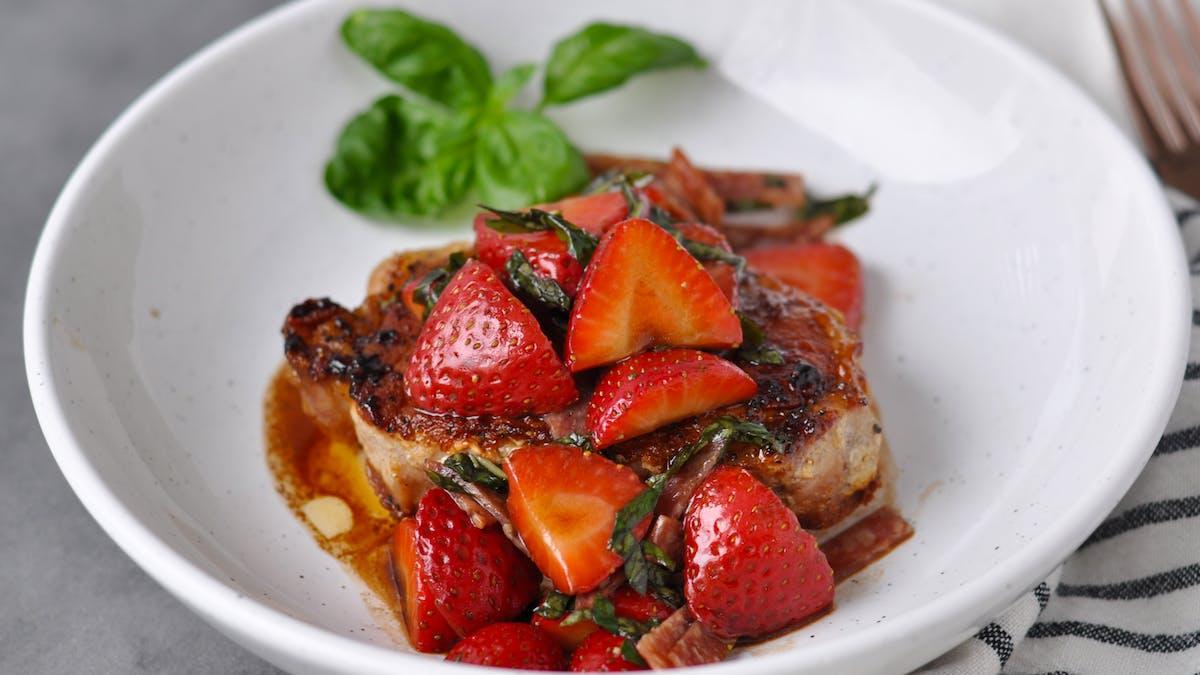 Chuletas de cerdo con albahaca y fresas