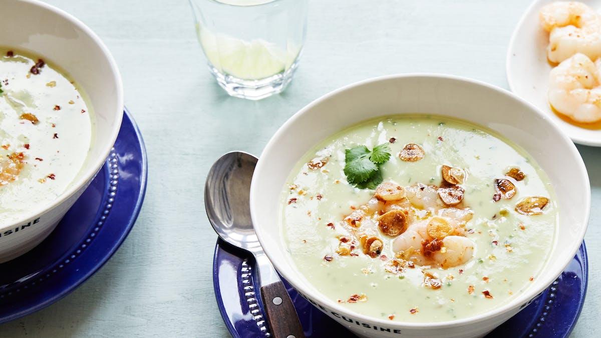 Sopa de aguacate con camarones y chips de ajo