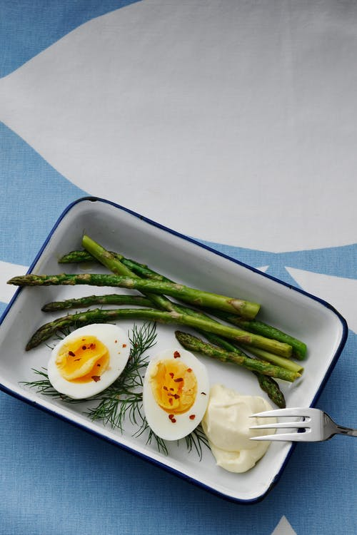Huevos cocidos con mayonesa y espárragos