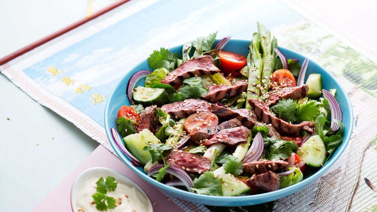 Ensalada keto asiática de carne de res