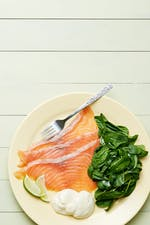 Plato keto de salmón ahumado