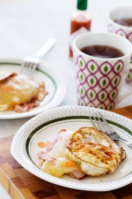 Sándwich keto de desayuno sin pan<br />(Desayuno)