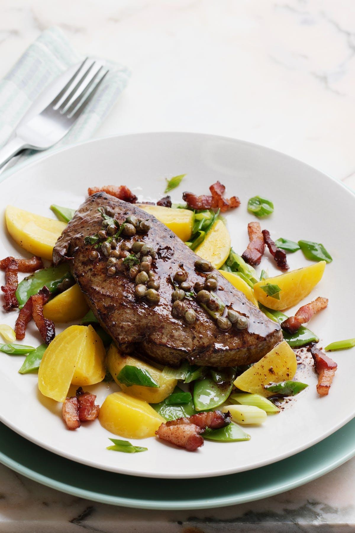Hígado de ternera con tocino y verduras