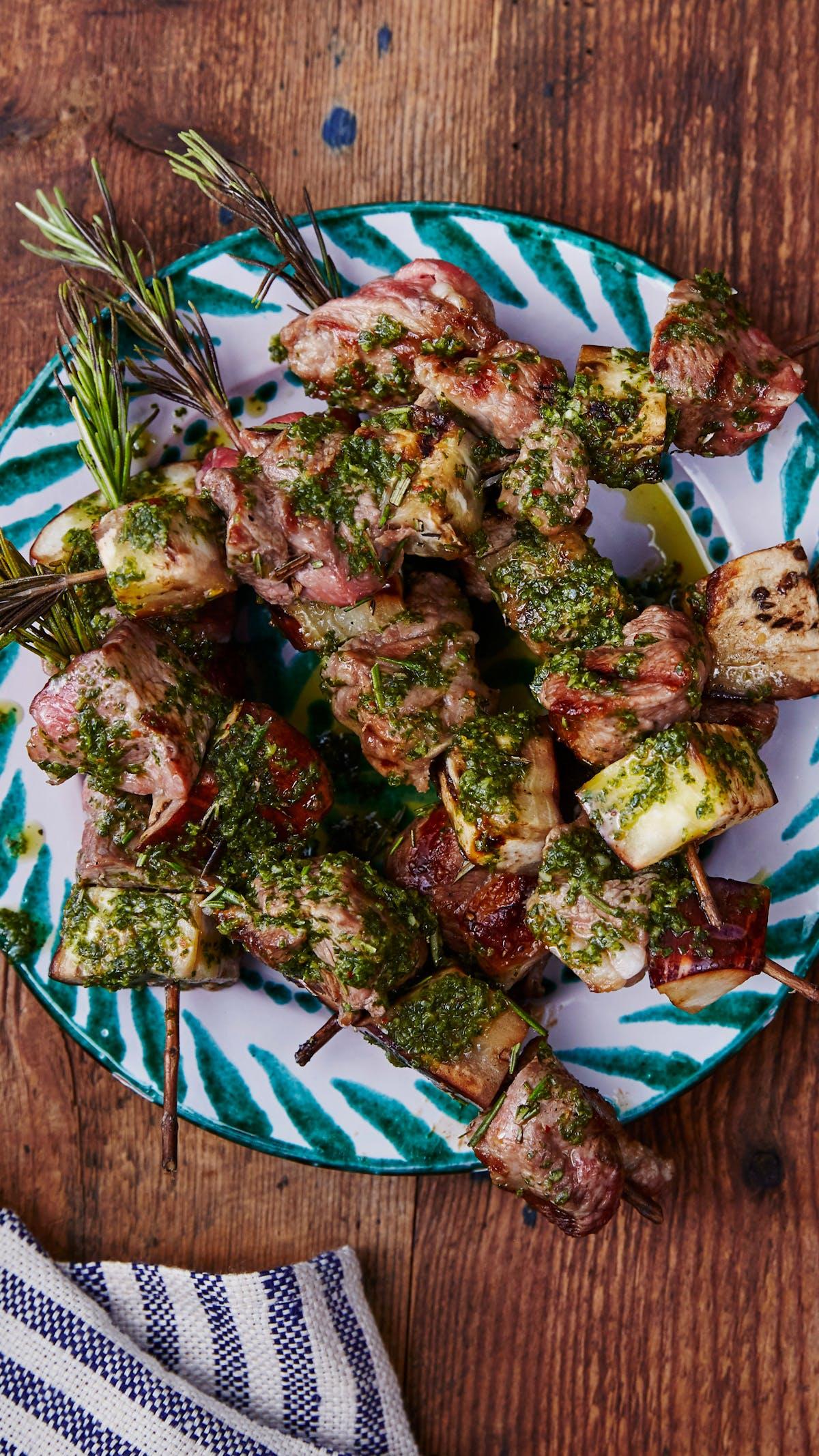 Kebabs con romero y salsa verde de anchoas a la parrilla