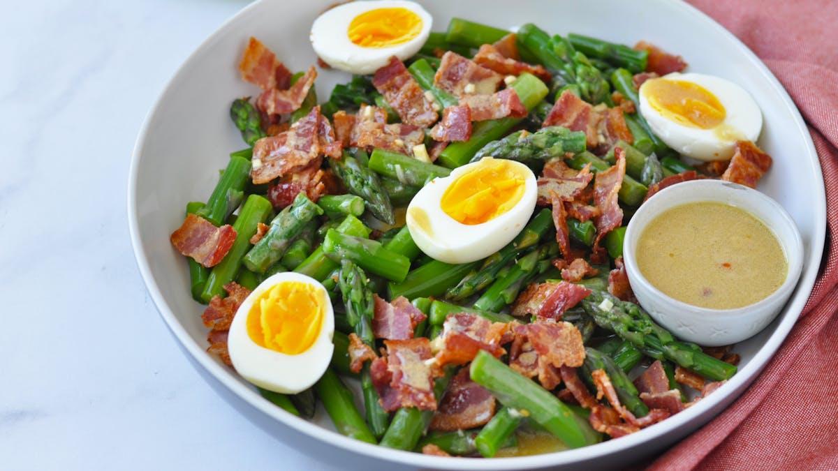 Ensalada de espárragos, huevos y tocino