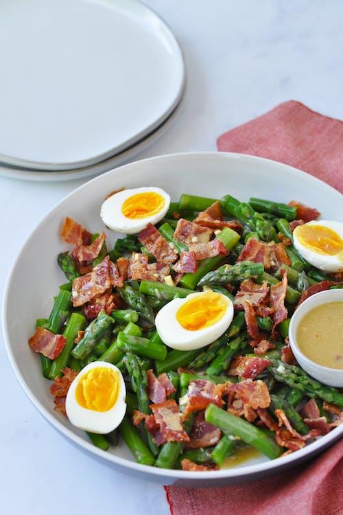 Ensalada de espárragos, huevos y panceta