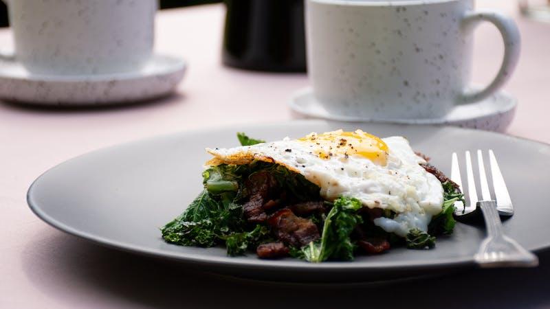 Col rizada con bacon crujiente y huevos fritos