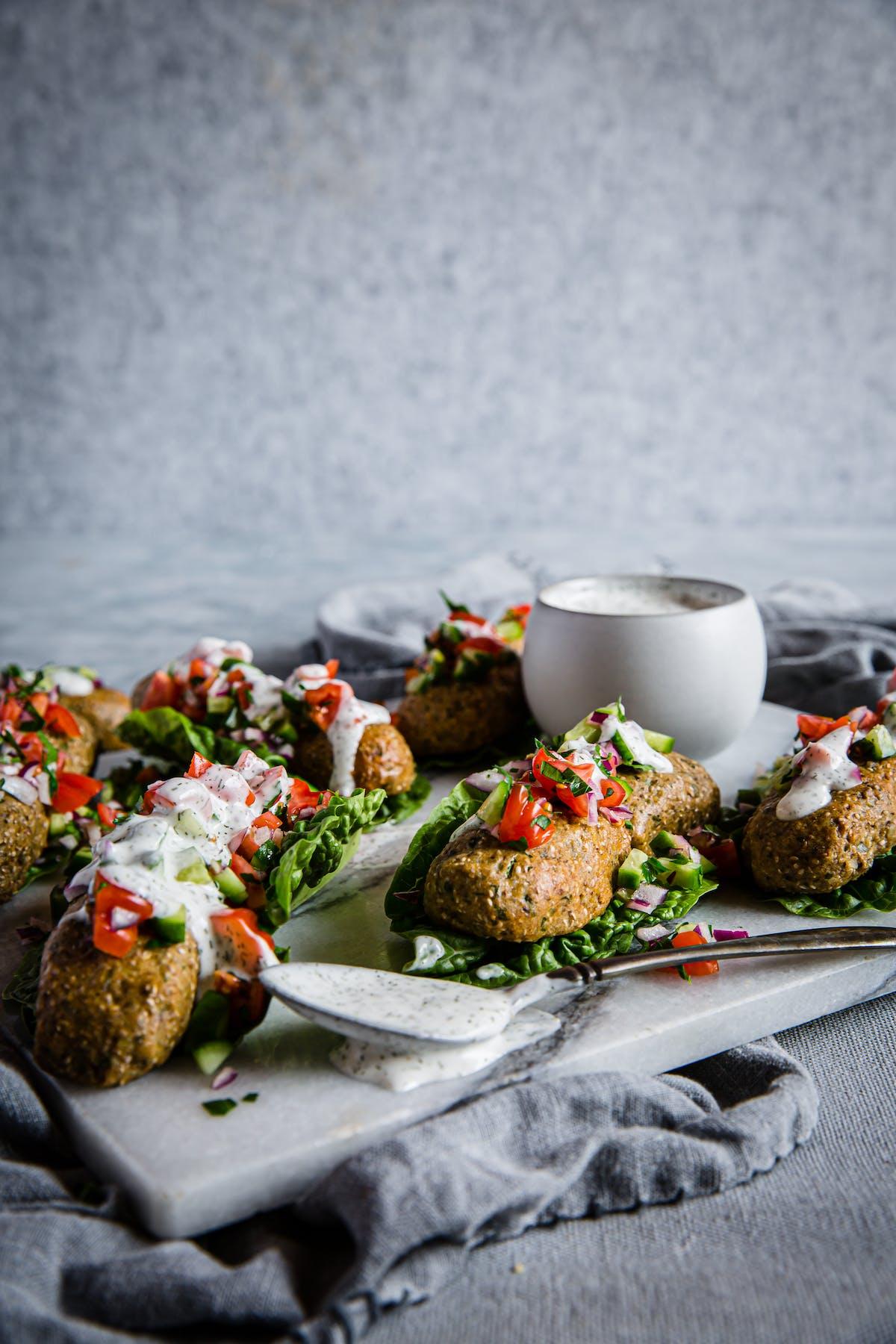 Kebabs veganos bajos en carbos con salsa de ajo