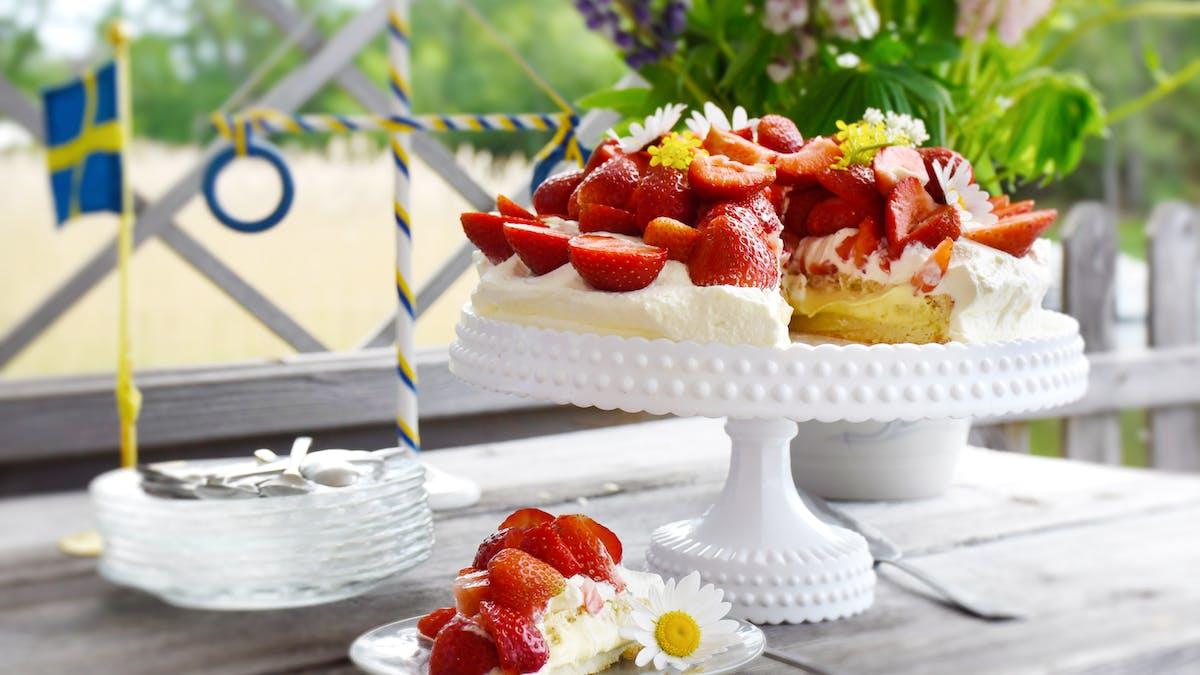 Pastel bajo en carbos de fresas con crema de vainilla