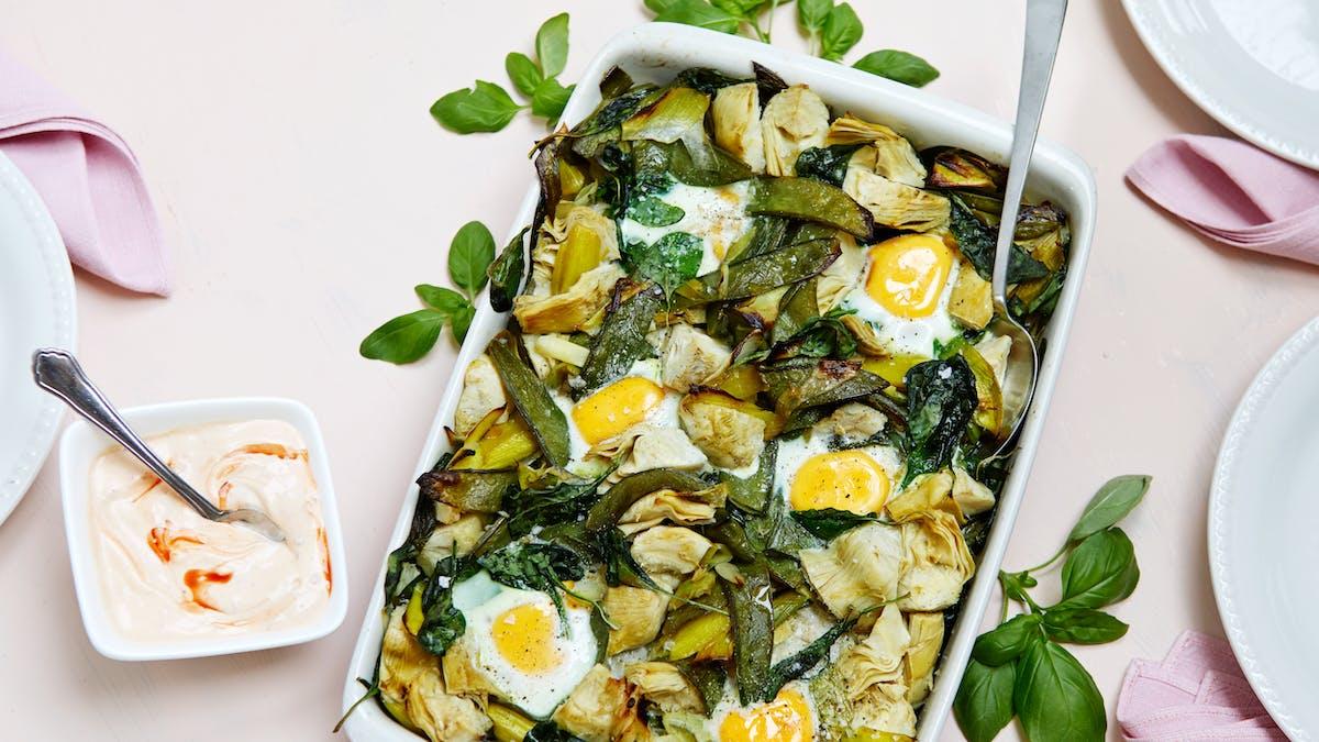 Huevos asados con verduras y salsa picante de yogur
