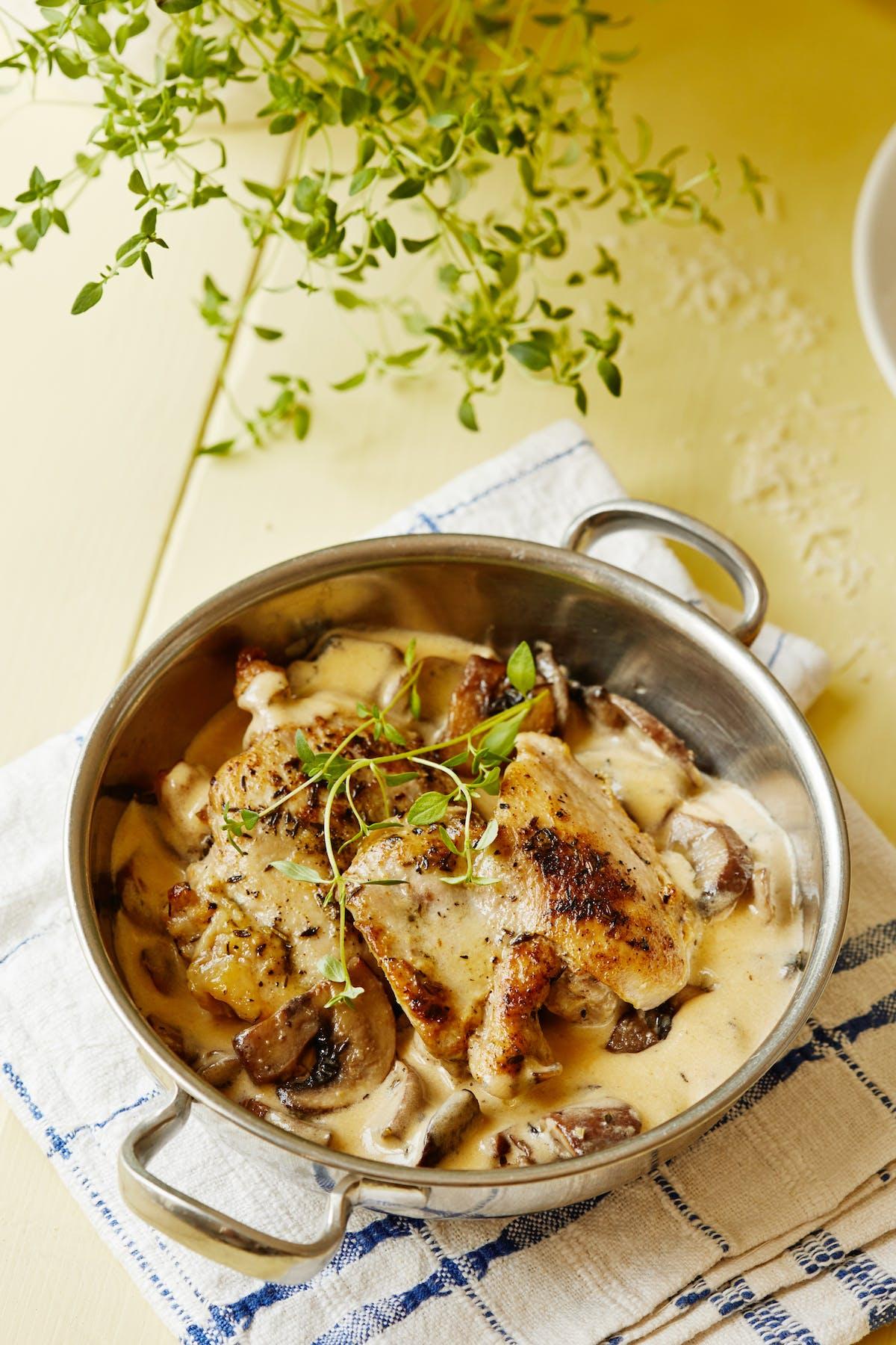 Muslos de pollo keto con ajo y champiñones
