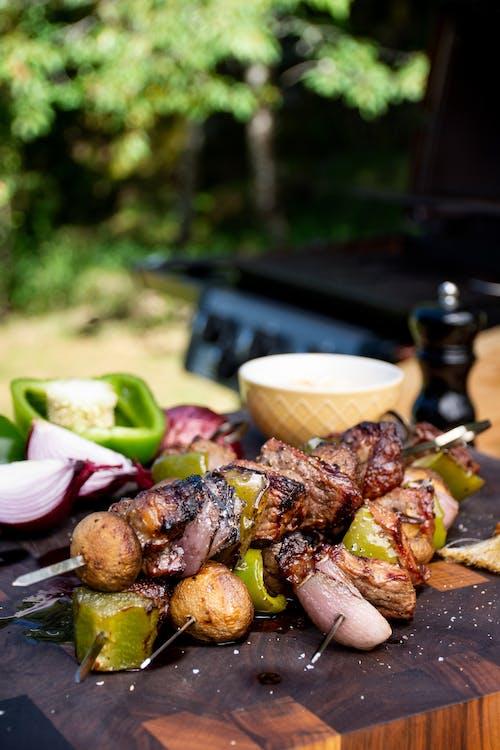 Kebab de carne y vegetales