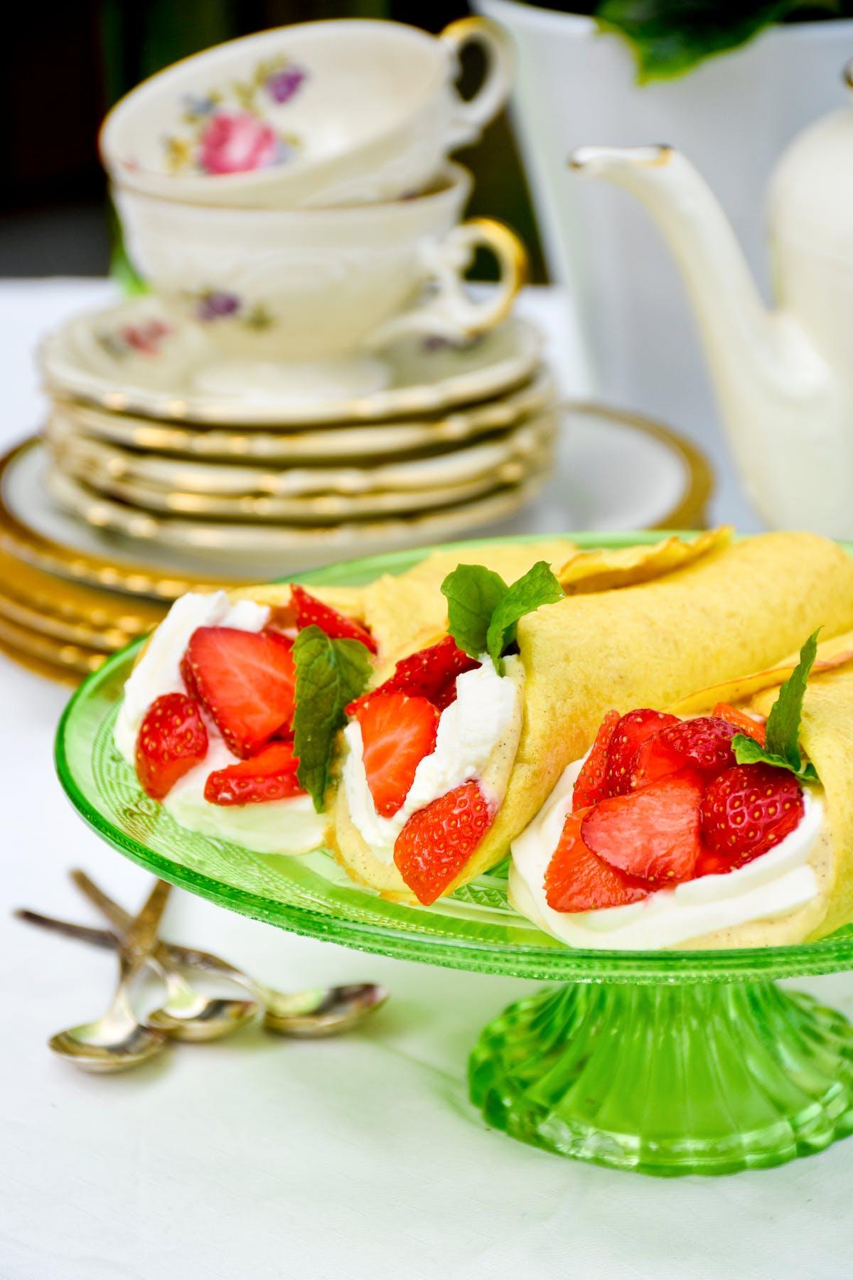 Wraps de postre bajos en carbos con vainilla y fresas