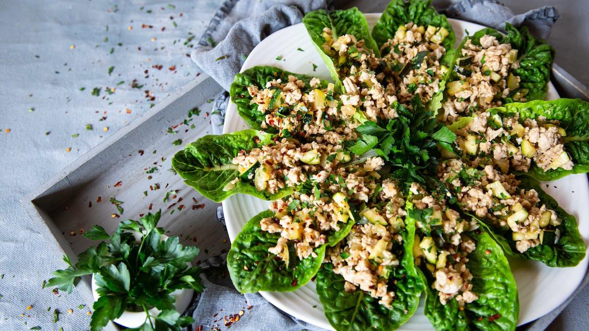 Wraps al estilo tailandés de lechuga y pollo bajos en carbos