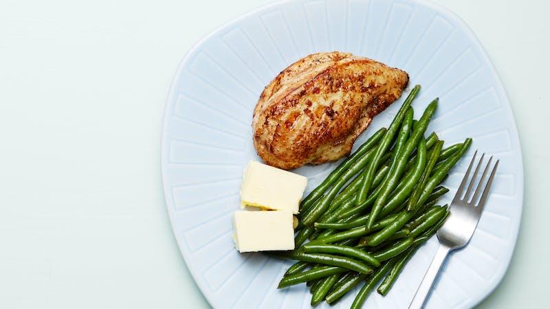 Plato keto de pollo con judías verdes