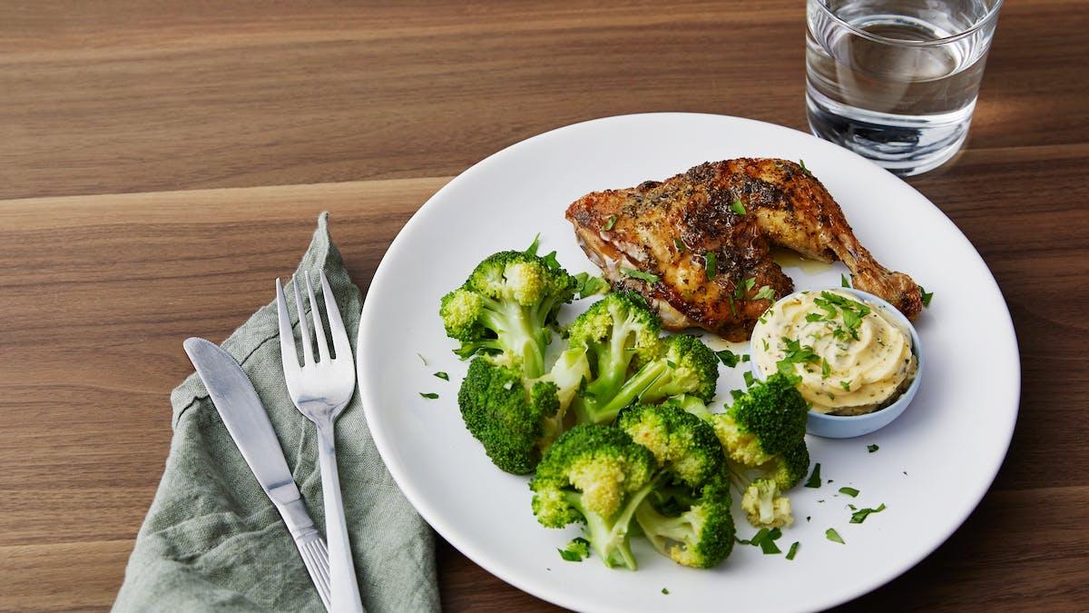 Pollo asado con brócoli y mantequilla de ajo