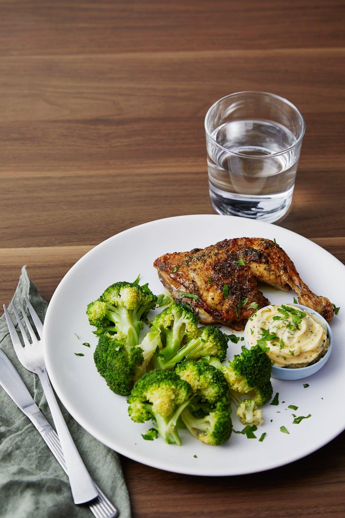 Pollo asado keto con brócoli y mantequilla de ajo