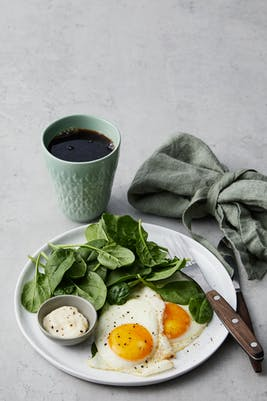 Desayuno keto sencillo con huevos fritos