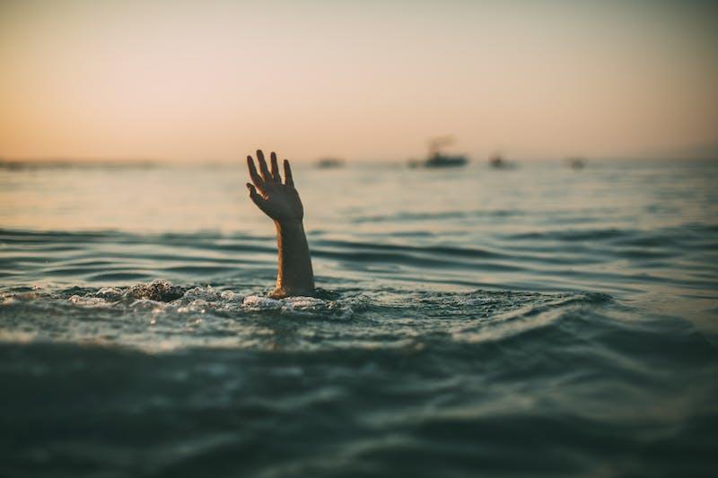 Hundiéndose en el agua