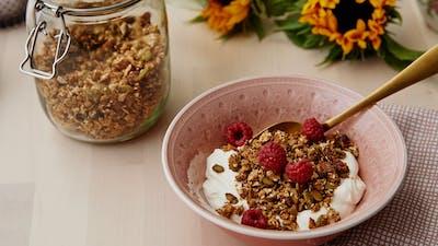 Granola low-carb con yogur y frambuesas