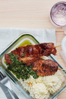 Brochetas keto de cerdo con puré de coliflor y salsa verde