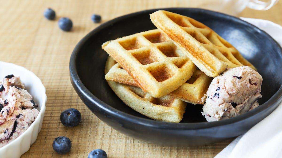 Waffles keto con mantequilla de arándanos
