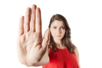 Mujer negando con la mano