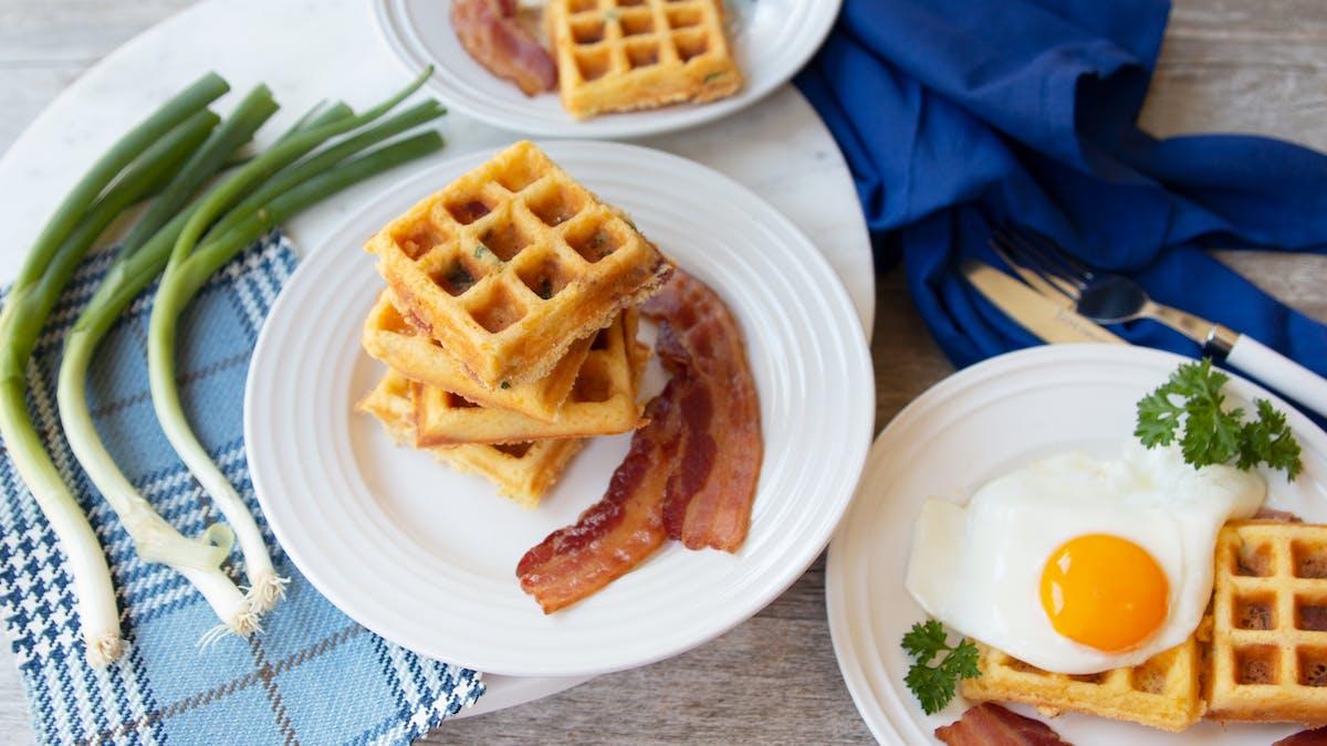 Waffles keto con huevo, queso y tocino