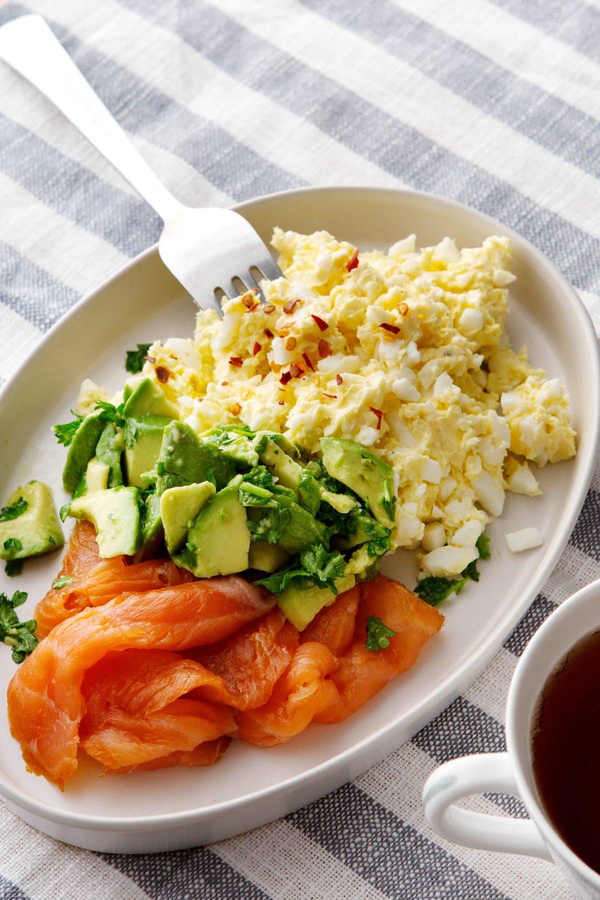 Mantequilla de huevo con salmón ahumado y aguacate