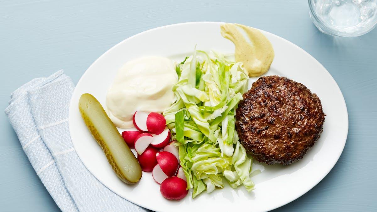 Plato keto de hamburguesa y repollo
