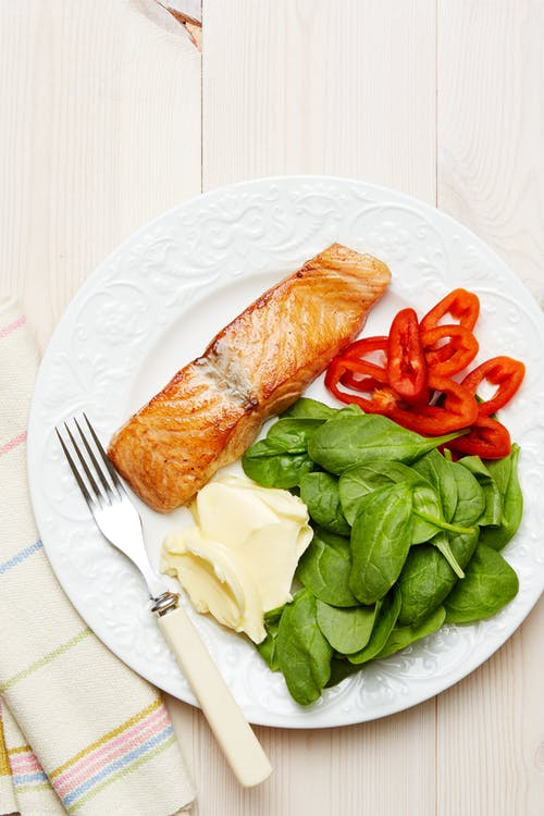 Plato keto de salmón y espinacas