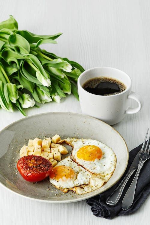 Desayuno keto con huevos fritos, tomate y queso