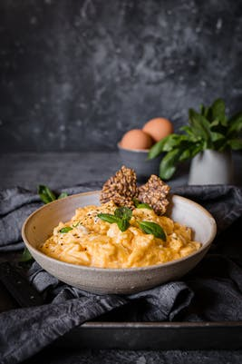 Huevos revueltos con albahaca y mantequilla