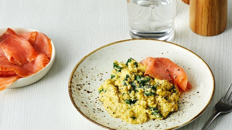 Huevos revueltos con espinacas y salmón ahumado