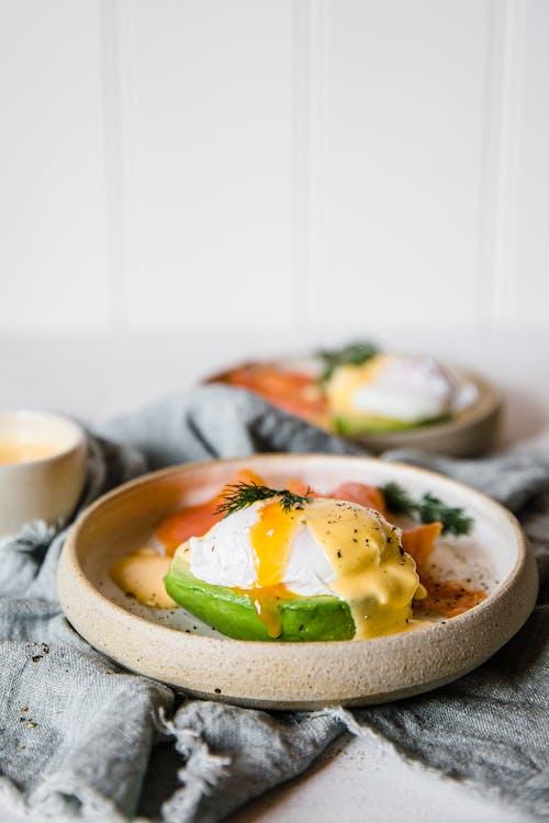 Huevos benedictinos keto sobre lecho de aguacate