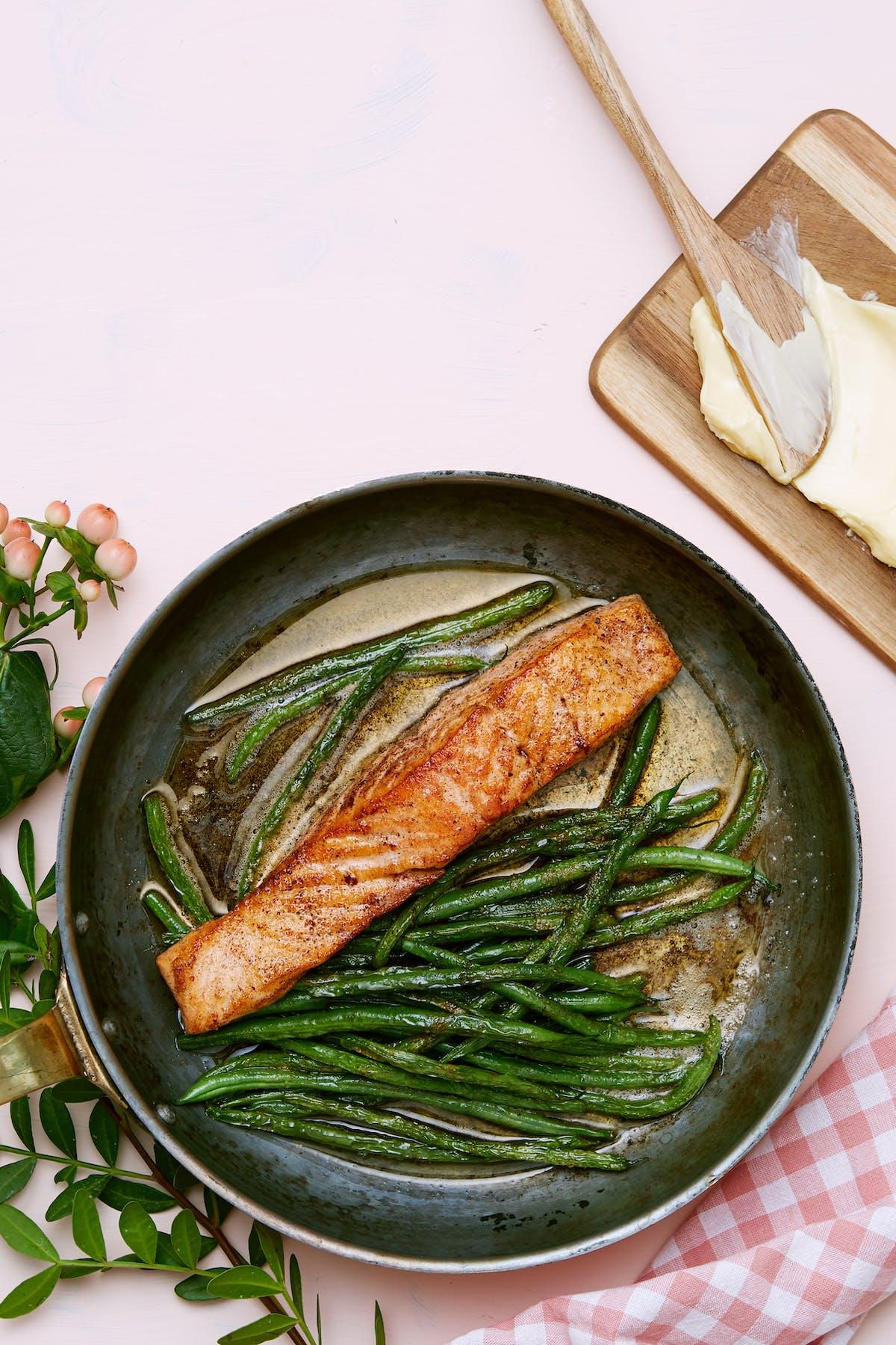 Salmón frito keto con ejotes verdes
