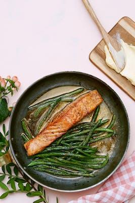 Salmón frito keto con judías verdes
