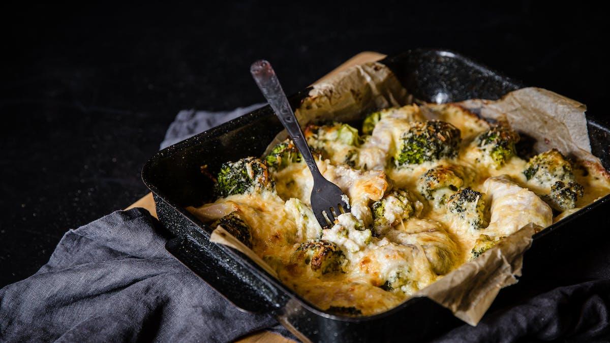 Estofado de chuletas de cerdo y brócoli al horno