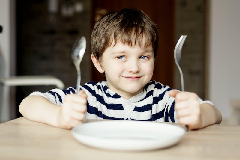 Niño esperando la comida