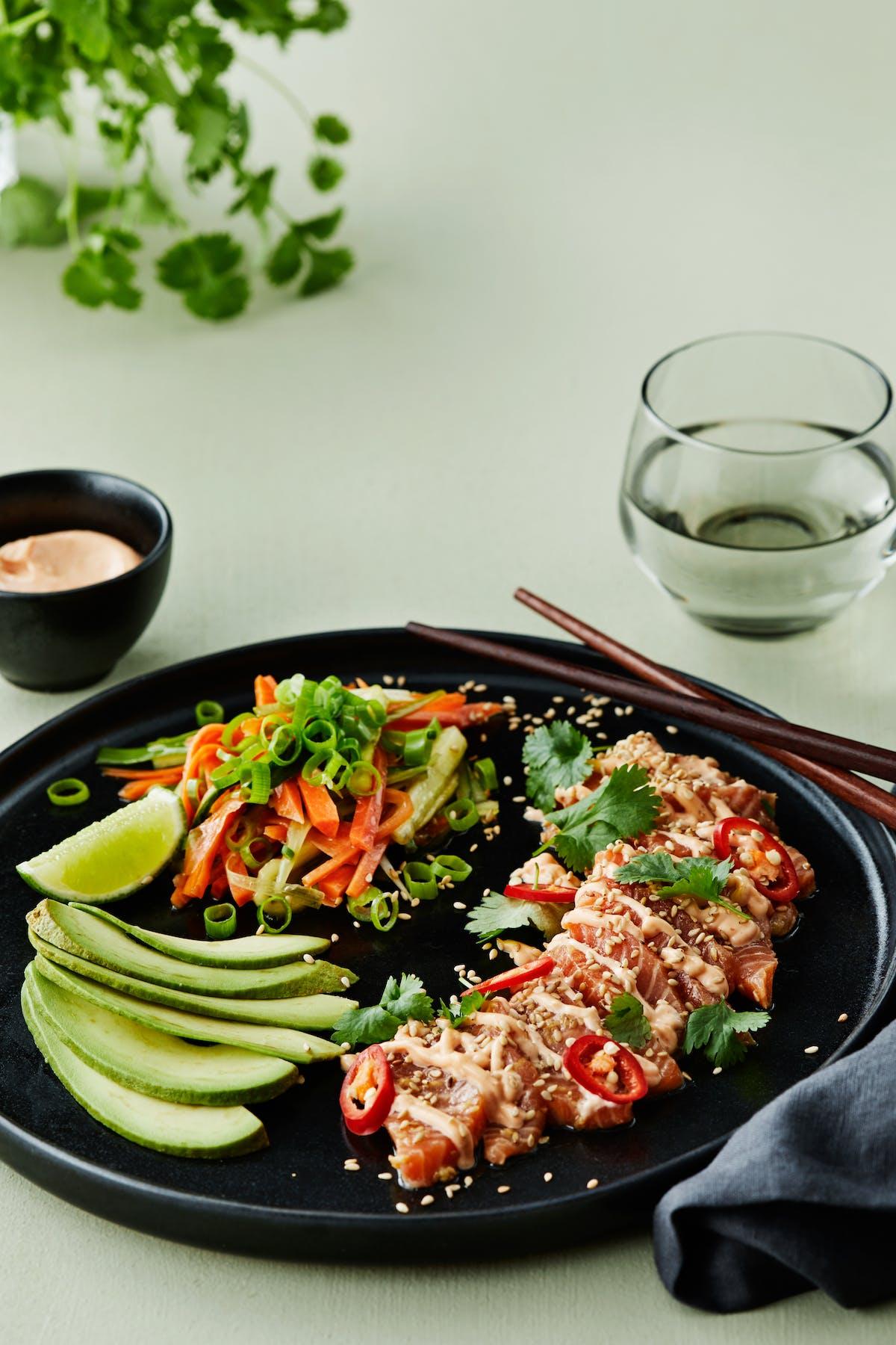 Ensalada baja en carbos de sashimi con mayonesa sriracha