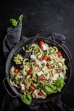 Ensalada keto con espaguetis de calabacín, pesto y pollo