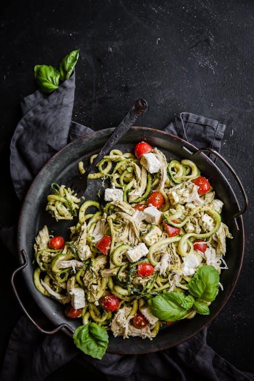 Ensalada keto con espaguettis de calabacín, pesto y pollo