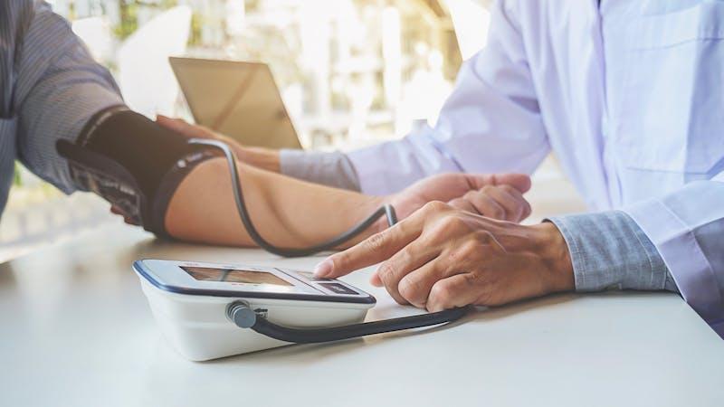 Médico tomando la presión arterial