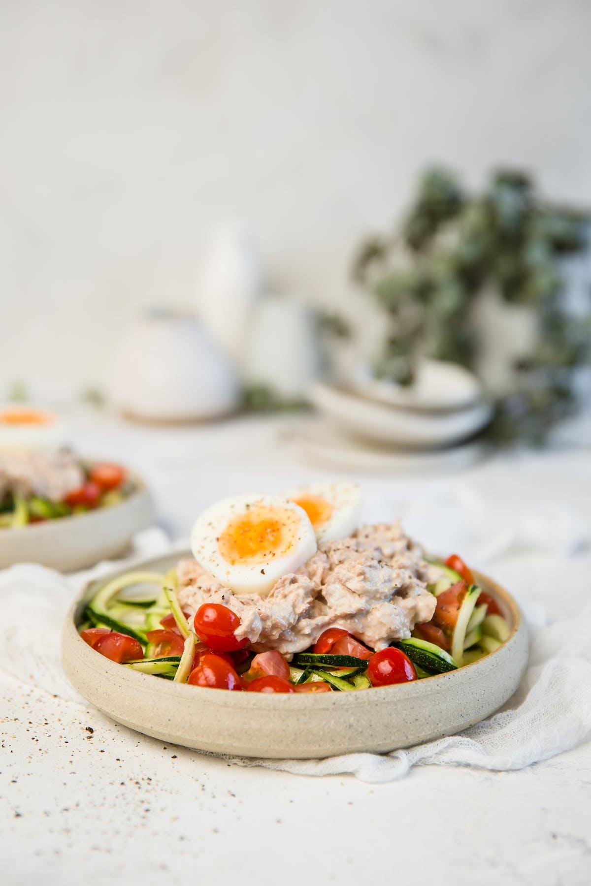 Ensalada keto de atún y espaguetis de calabacín