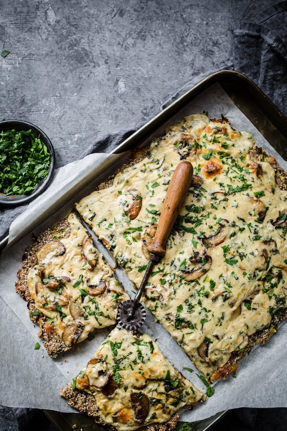 Pizza de calabacín con champiñones