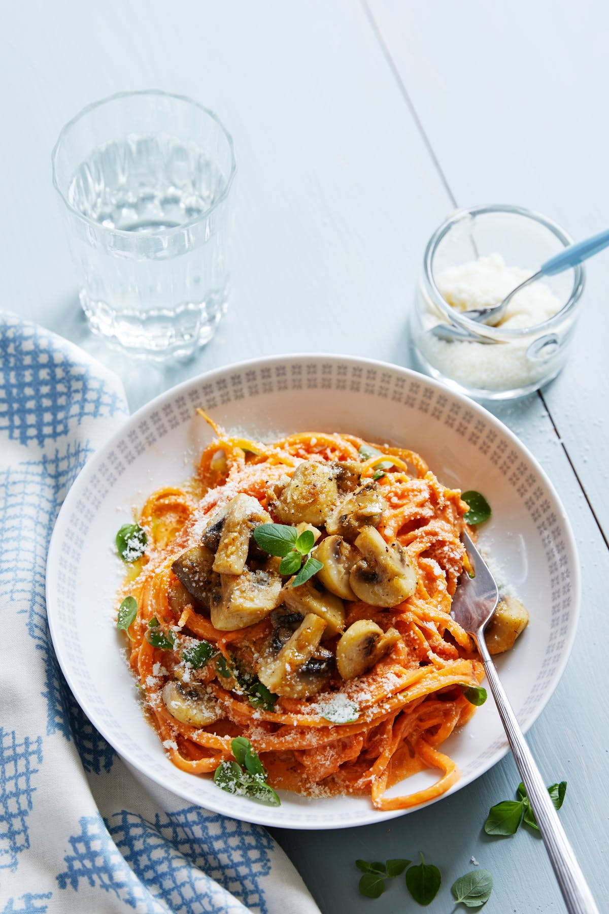 Pasta de zapallo anco con salsa de tomate y champiñones al ajillo