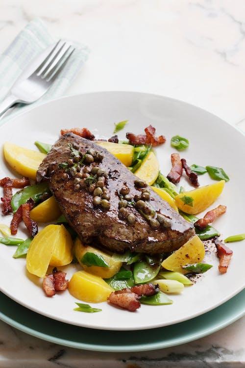 Hígado de ternera con tocino y verduras fritas en mantequilla