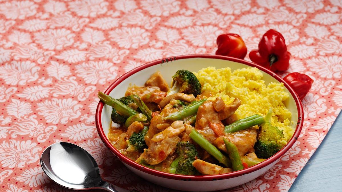 Curry de pollo con arroz de coliflor