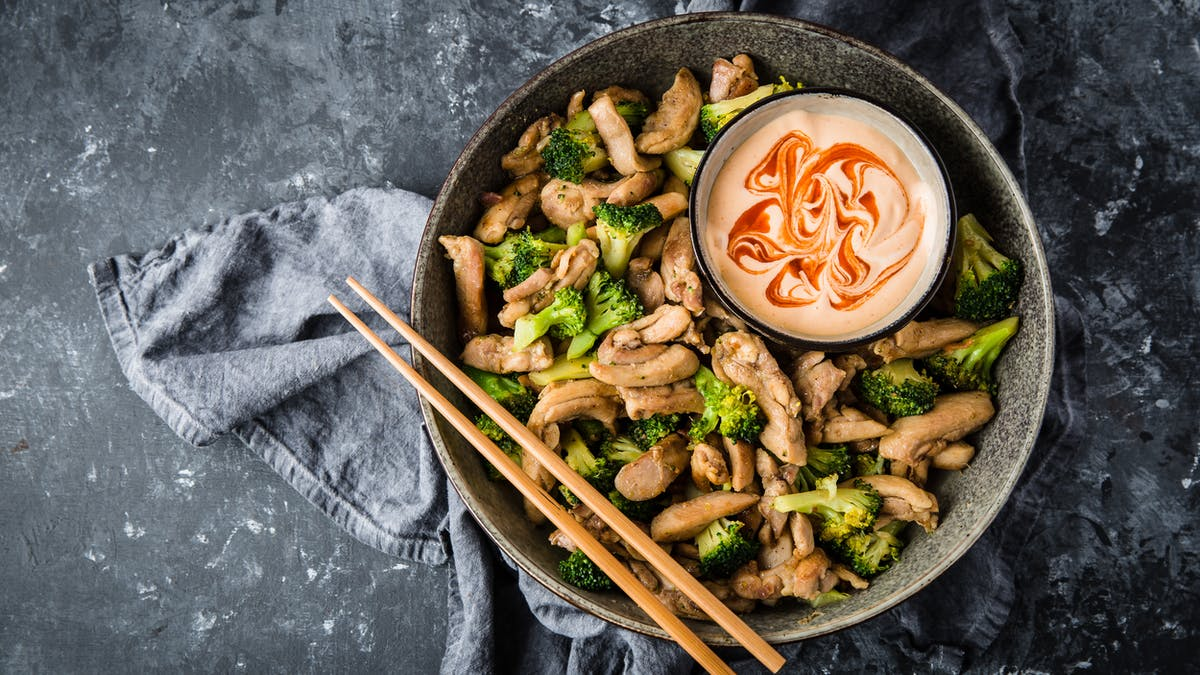 Revuelto asiático de pollo con brócoli