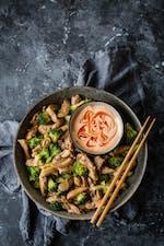 Revuelto keto asiático de pollo con brócoli